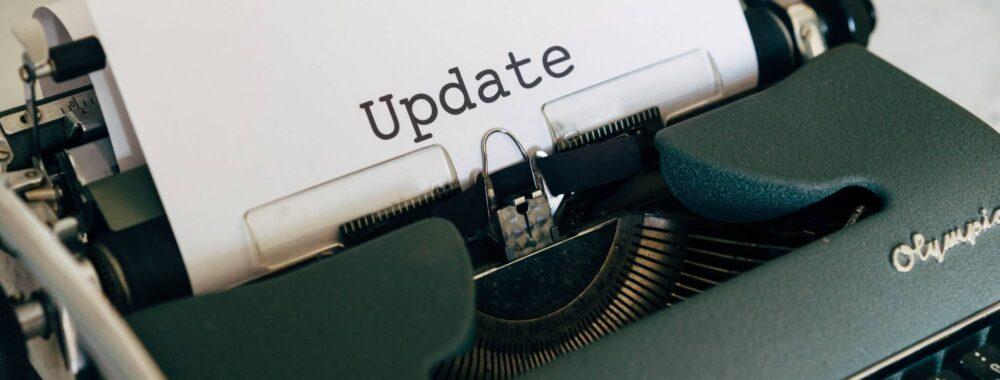Schreibmaschine Mit Blatt Auf Dem UPDATE Steht